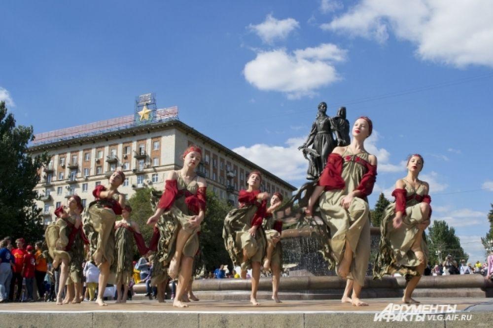 Выступления местных творческих коллективов  можно было увидеть у фонтана «Искусство».