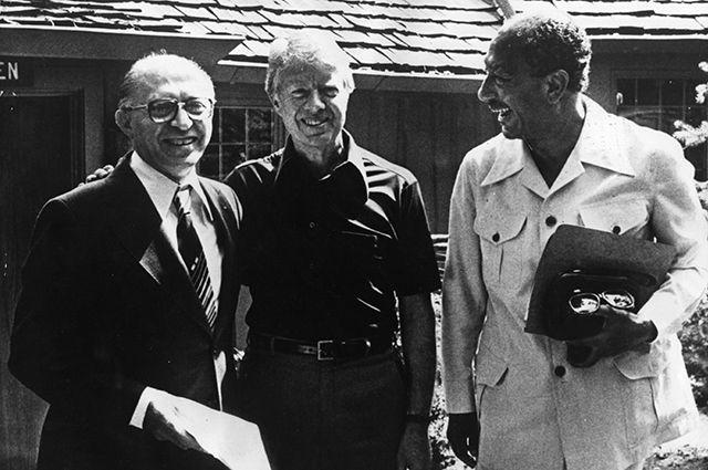 Премьер-министр Израиля Менахем Бегин, президент США Джимми Картер и президент Египта Анвар Садат в Кэмп-Дэвиде.
