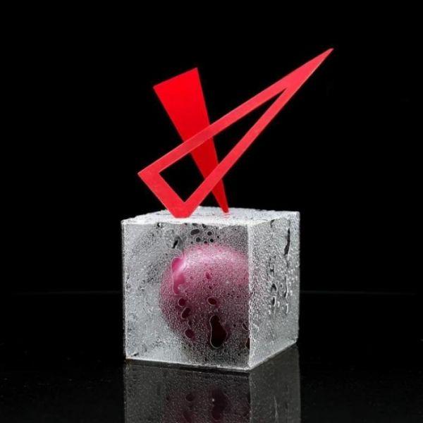 Даже воображение не позволяет нам представить, что находится в середине этого кубика