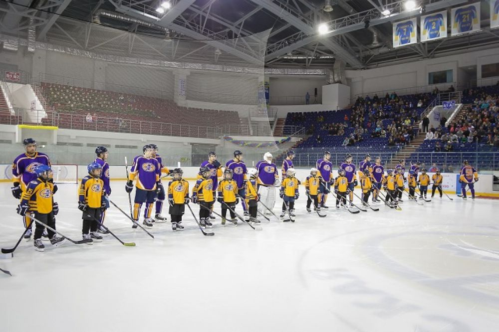 По традиции на матч команду мастеров выводят юные воспитанники пензенской школы хоккея.