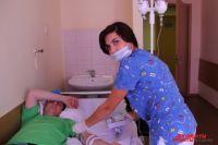 Медсестра Елена Названова ставит Виктору Строкову капельницы. Как и все в больнице она в шоке от случившегося.