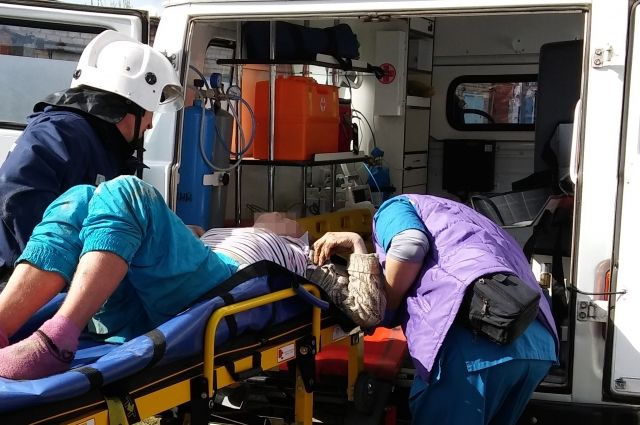 ВТроицке женщина застряла ногами влестнице погреба иповисла вниз головой