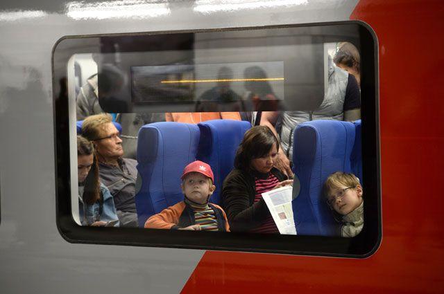 Пассажиры в салоне электропоезда Московского центрального кольца.