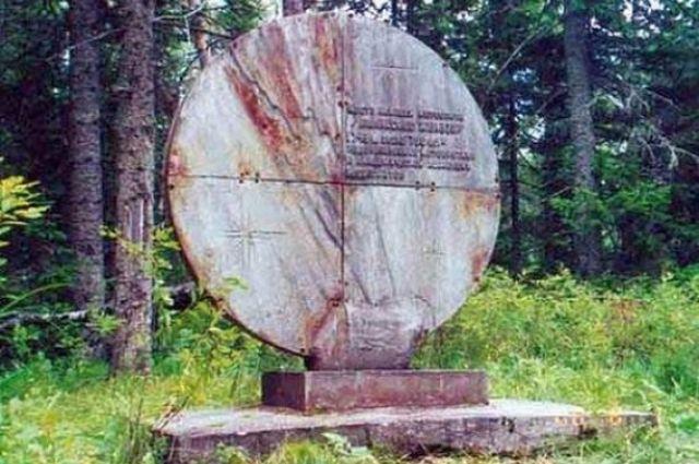 Памятный знак на месте падения метеорита «Палласово железо».