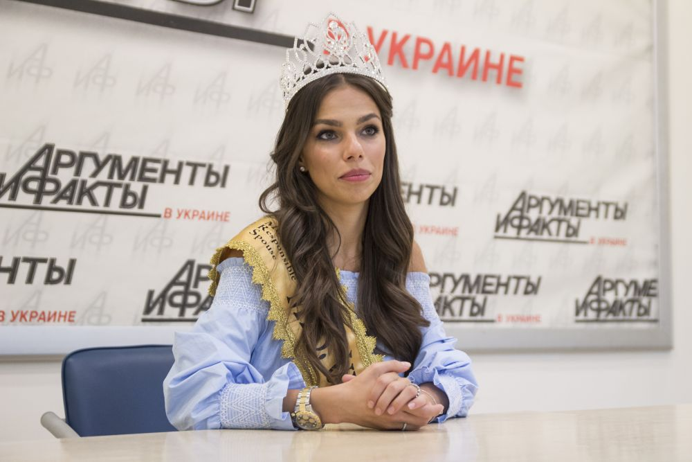 Девушка также рассказала, что в конкурсе Миссис Вселенная победить сложнее потому, что там надо демонстрировать не только свое тело, но и свой ум
