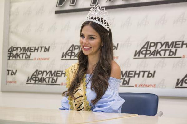 На вопрос о том, почему представляла Австрию на конкурсе, девушка ответила, что она живет там и согласно правил, этого достаточно для участия в конкурсе