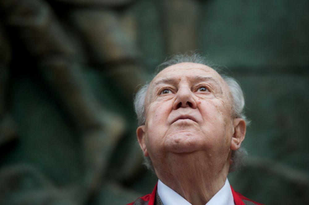 В июне 2003-го за особые заслуги российское гражданство было присвоено скульптору и художнику Зурабу Церетели.