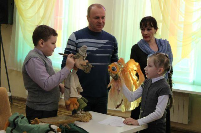 Актёры театра Вячеслав Вишенин и Елена Костоусова проводят творческую встречу со школьниками.