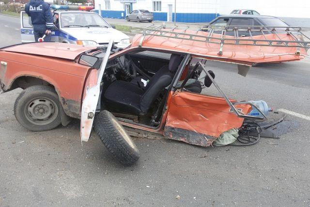 ВЧереповце ВАЗ 2104 после столкновения сКиа разорвало пополам