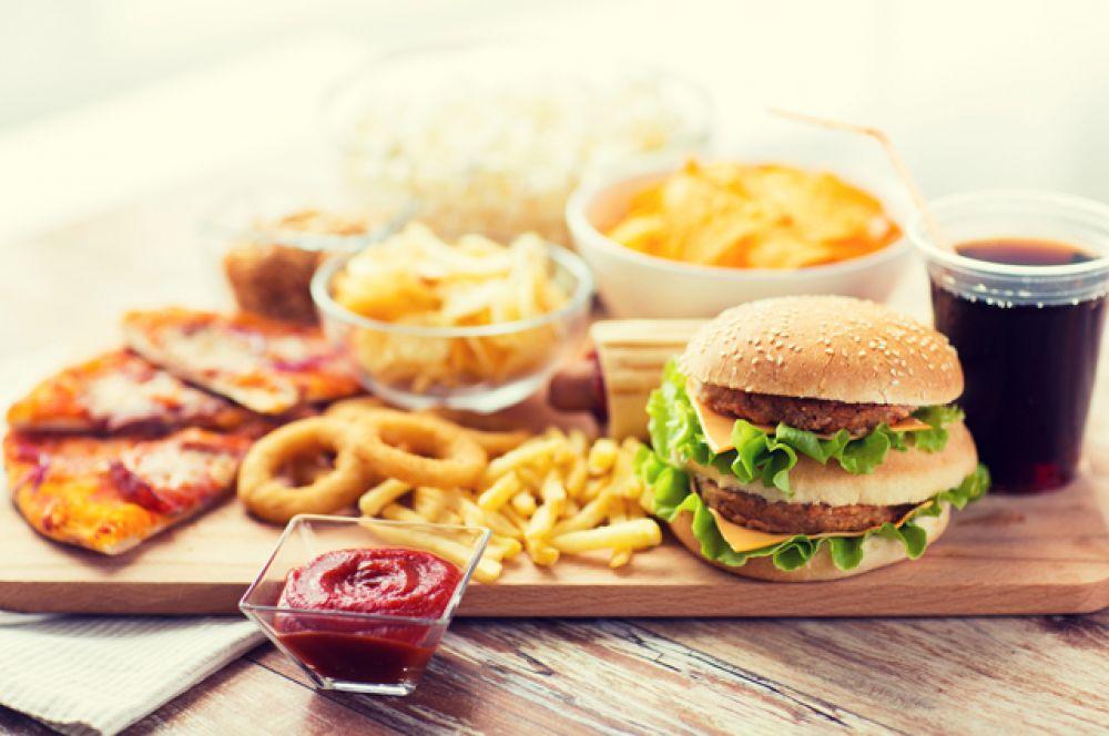 Фаст-фуд. Тут есть многие герои нашего списка: кетчуп, трансжиры, сахара, консерванты и ароматизаторы. Ничего полезного вы не получите, а проблемы с весом и со здоровьем – запросто.