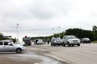 В числе причин большого количества аварий - плохие дороги.