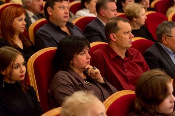 Зрители сопереживают происходящему на сцене.
