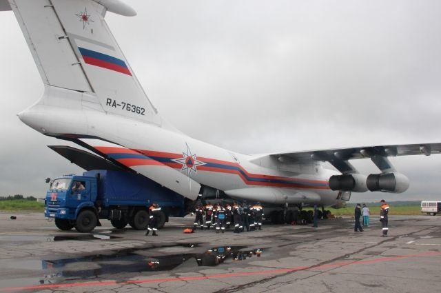 Самолет МЧС доставил спасателей воВладивосток для усиления группировки