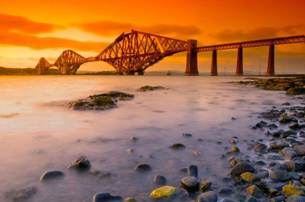 Железнодорожный мост через залив Ферт-оф-Форт у восточного берега Шотландии был возведен с 1882 по 1890 годы и стал одним из первых консольных мостов в мире, а также несколько лет имел максимальную длину пролета.