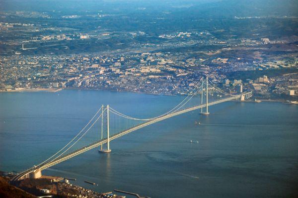 Самым длинным висячим мостом в мире является японский Акаси-Кайкё или Жемчужный мост. Говорят, что если вытянуть в длину все стальные нити несущих тросов моста, то ими можно опоясать земной шар более семи раз.