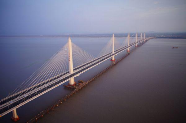 Самый длинный трансокеанский мост в мире также находится в Китае. Вантовый мост через залив Ханчжоувань соединяет города Шанхай и Нинбо.