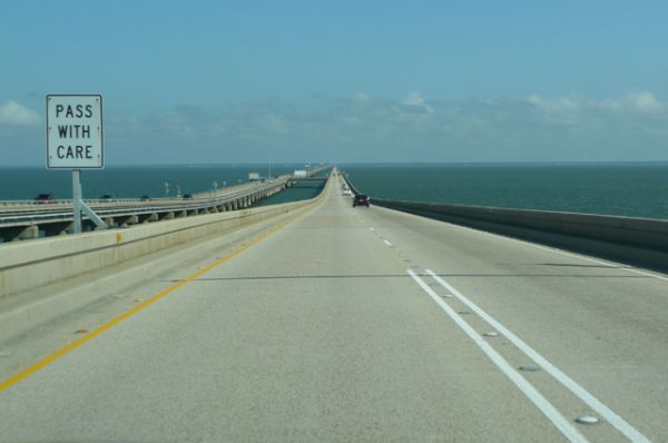 Мост-дамба через озеро Пончартрейн — шестой по длине мост в мире и второй по длине мост через водные пространства, находится в штате Луизиана в США. Мост состоит из двух параллельных дорог, длина наибольшей из которых составляет 38,42 км.