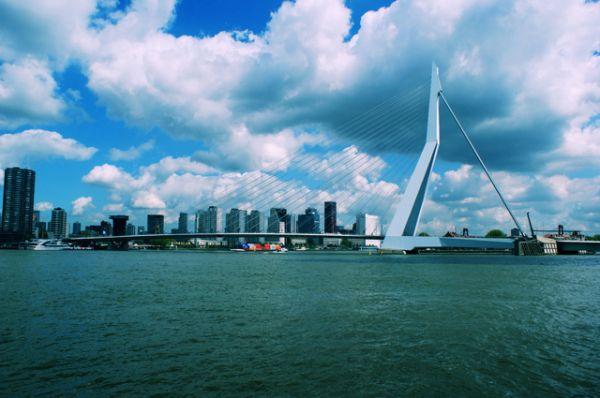 Мост Эразма в Роттердаме благодаря своей необычной конструкции и узнаваемым асимметричным очертаниям пилона быстро стал одним из символов города. Кроме того, это самый длинный разводной мост в мире.