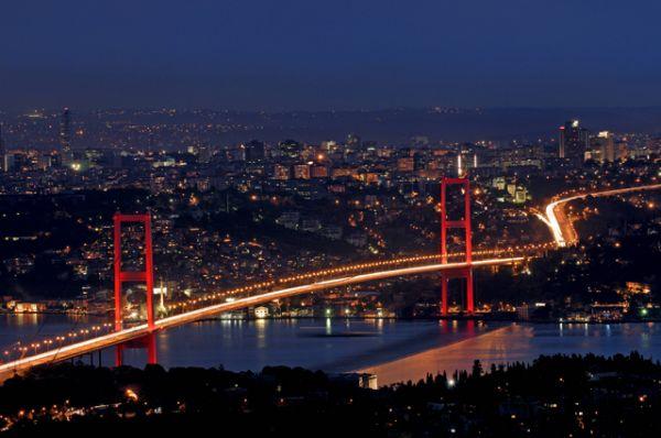 Не менее знаменит Босфорский мост — первый висячий мост через Босфорский пролив,  соединяющий европейскую и азиатскую части Стамбула.