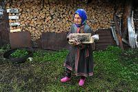 Молодежь обеспечивает одиноких бабушек дровами.