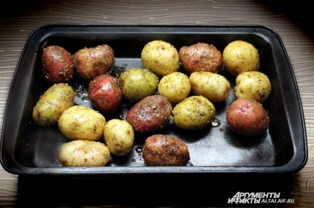 На сухой противень выкладываем картофель и даем постоять ему примерно час. После чего разогреваем духовой шкаф до 180 градусов и выпекаем картофель 60 минут.