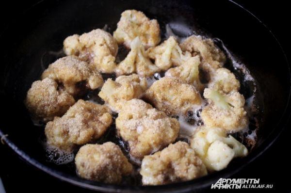 Выкладываем на сковороду и жарим до золотистого цвета. Жарится она быстро, поэтому успевайте переворачивать для равномерного обжаривания.