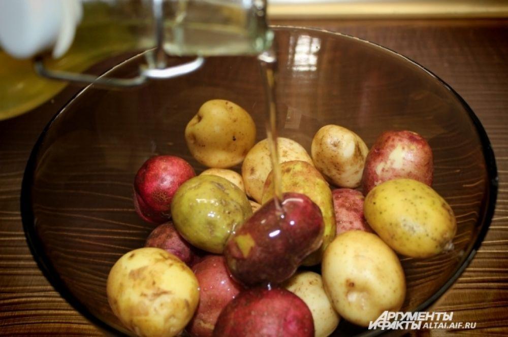 Тщательно моем картофель. Сушим при помощи бумажного полотенца. Добавляем растительное масло.