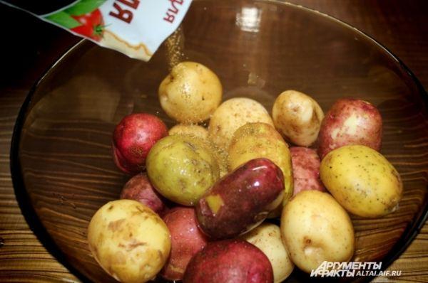 Добавляем приправу для картофеля.