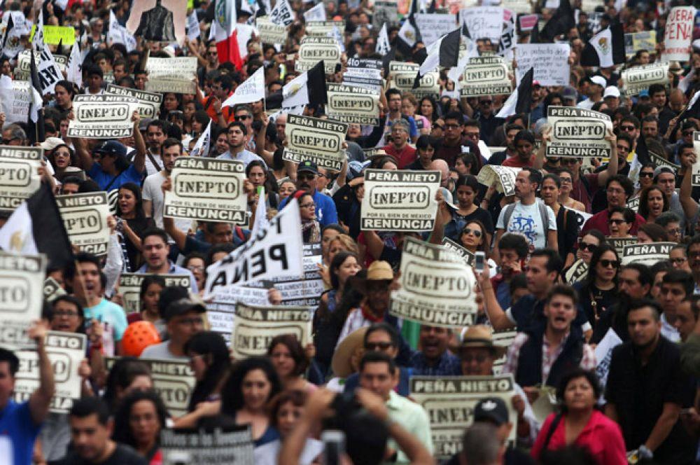 Президент Мексики объявил тогда о конституционной реформе, предполагающей усиление борьбы с коррупцией и проникновением преступности во властные структуры, а также реформирование полиции.