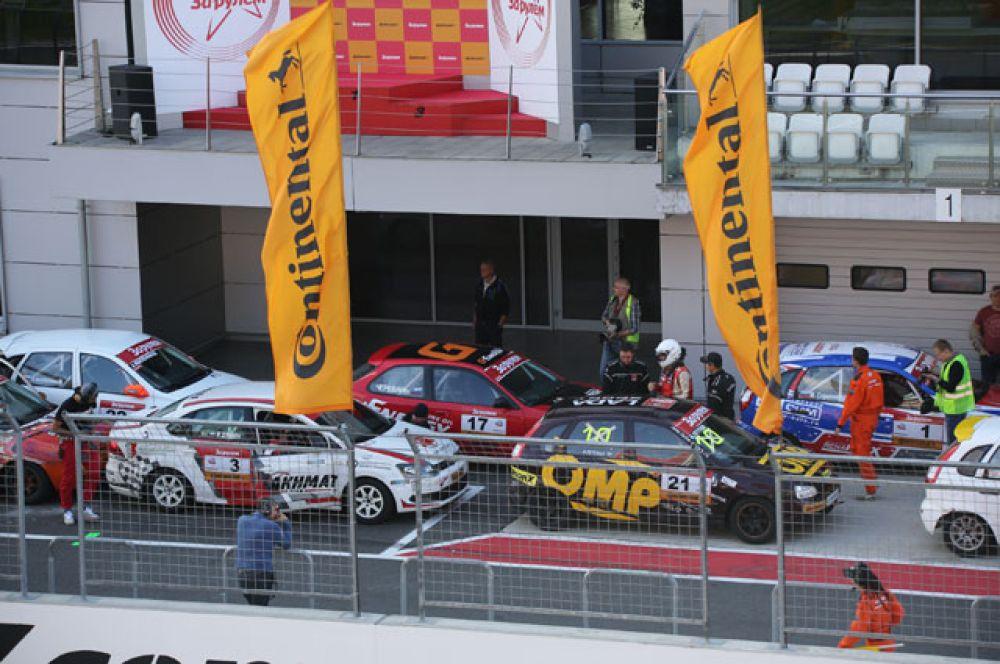 Так как все автомобили стартовали на одной стандартной модели летних шин ContiEcoContact 5 главного шинного партнера соревнования – концерна Continental, это уравняло шансы.