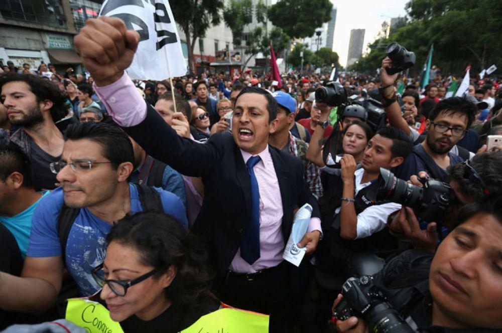 По оценкам властей Мехико, на улицы вышли около пяти тысяч человек.
