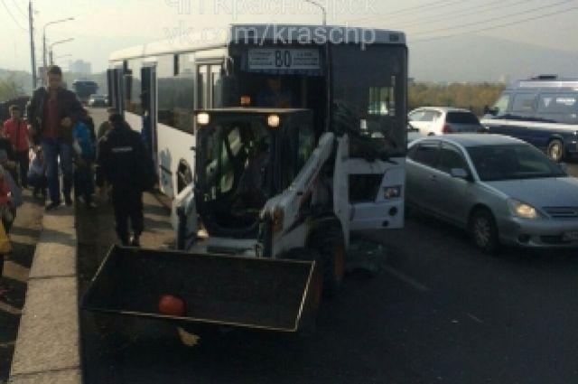 13 человек пострадали встолкновении маршрутки иуборочной машины вКрасноярске