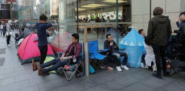 Палаточный лагерь перед фирменным магазином Apple в Сиднее, Австралия.