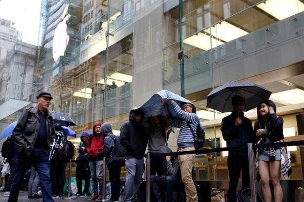 Во многих магазинах смартфоны были раскуплены еще до официального старта продаж.