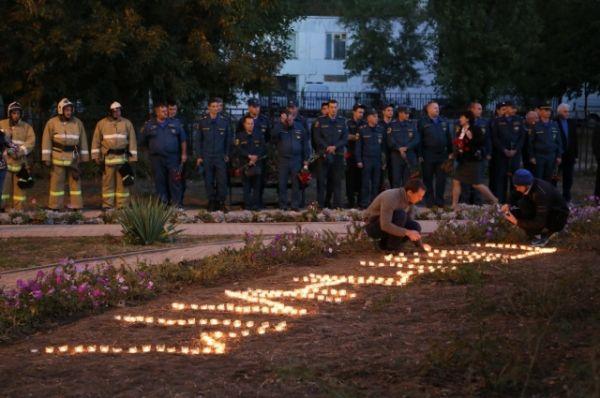 16 сентября 2016-го первыми к семьям пострадавших присоединилась молодежь города. Ребята у подножия памятника выложили из трехсот горящих свечей слово «Помним» и запустили Вахту памяти.