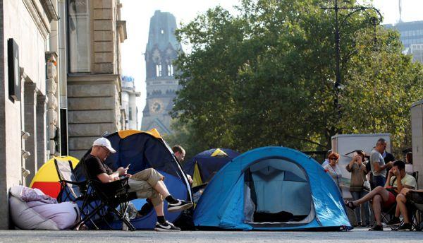 В Берлине желающие купить новый iPhone разбили целый палаточный лагерь рядом с флагманским магазином на Курфюрстендамм.