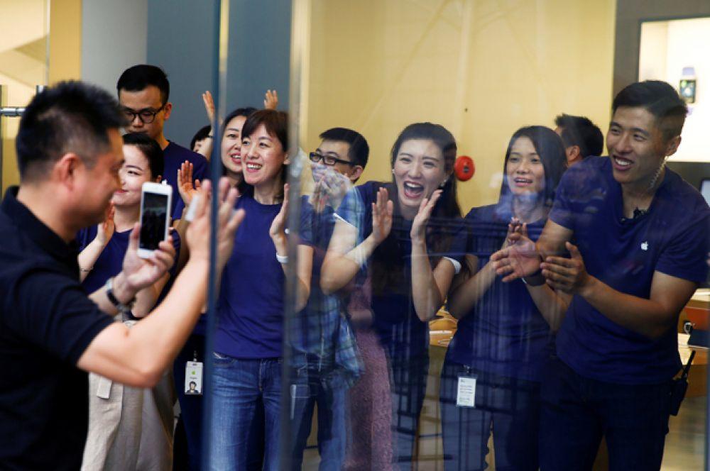 Толпа поклонников Apple заполнила один из специализированных центров бренда в Пекине.