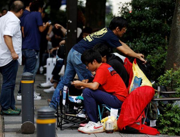Посетители перед магазином Apple в Токио.