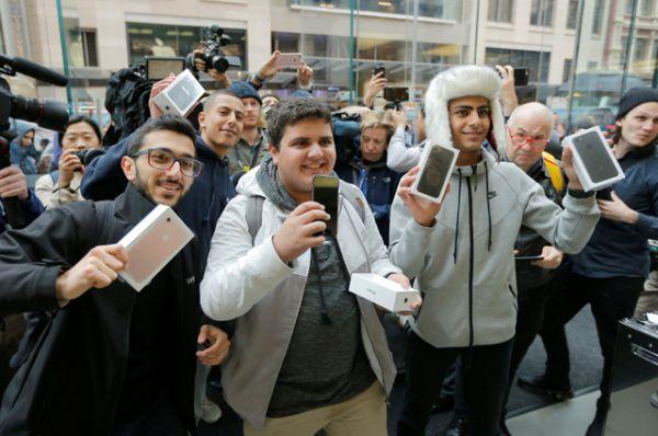 Первые покупатели новых iPhone 7 и iPhone 7 S в Сиднее.