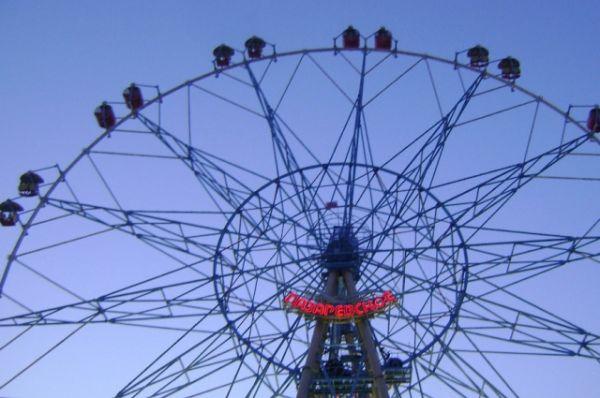 Самая высокая конструкция колеса обозрения в России находится в Сочи, в Лазаревском парке. Его высота 83,5 метра. Сконструировано Владимиром Гнездиловым и открыто в 2012 году. Имеет 14 кабинок закрытого типа, вместимостью по 6 человек и 14 кабинок открытого типа, вместимостью по 4 человека. Полный оборот конструкция совершает за 8 минут.