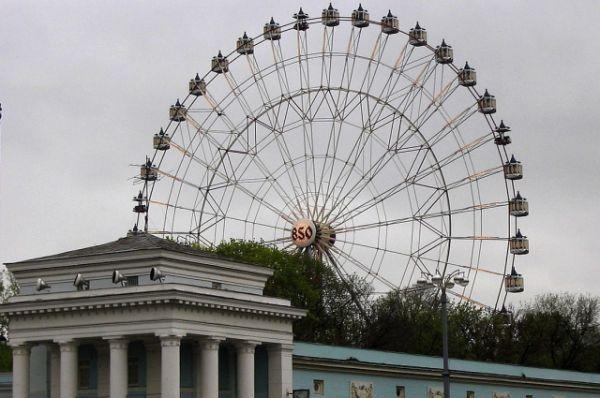 Колесо имени 850-летия Москвы второе по высоте – 73 метра. Было открыто в 1995 году. Конструкция колеса в Москве состояла из 40 кабинок, 5 из которых – открытого типа. Один оборот колеса длился 7 минут. Было высочайшим в Европе до 1999 года и высочайшим в России до 2012 года. Демонтировано в 2016 году.
