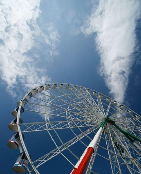 Колесо обозрения в Казани. Расположено на бывшей территории парка Горького, теперь в парке «Кырлай». Высота колеса  55 метров, оборудовано 40 кабинками закрытого типа вместимостью 6 человек. За час может обслужить до 3600 человек. Вечером зажигаются 10 тысяч лампочек, установленных на колесе, создавая впечатление сказки.