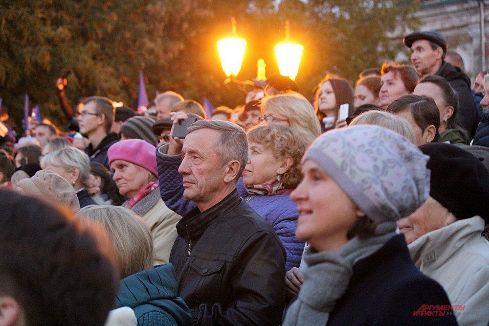Выступления артистов на главной сцене собрали большое количество зрителей.