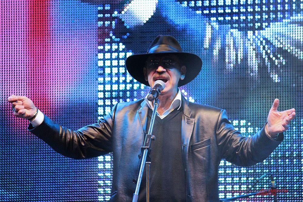 На главной сцене у галереи выступил известный певец Михаил Боярский.