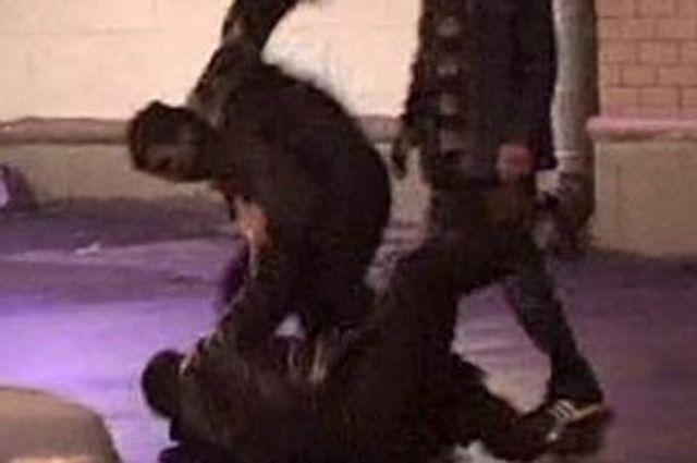 Двое мужчин избили приятеля гвоздодером