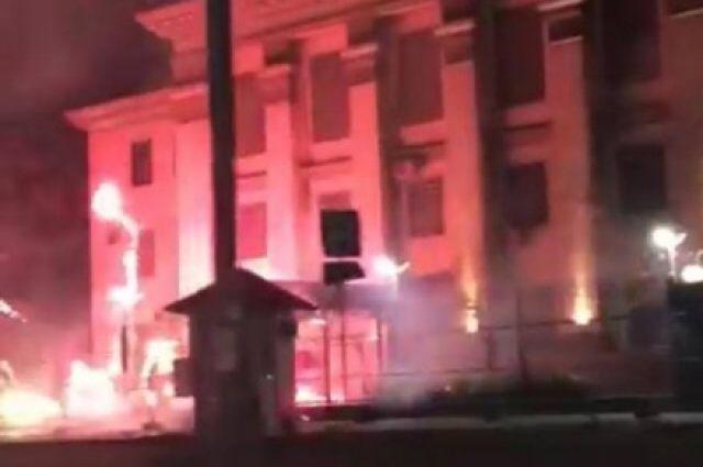 ВпосольствоРФ вКиеве неизвестные ночью бросили дымовую шашку