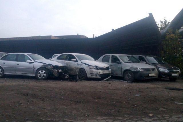 ВЧереповце нетрезвый шофёр на Митцубиши Carisma протаранил несколько авто