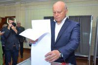 Виктор Назаров голосовал под прицелом фотокамер.