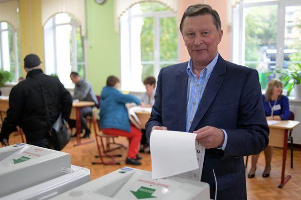 Специальный представитель президента РФ по вопросам природоохранной деятельности, экологии и транспорта Сергей Иванов в единый день голосования на избирательном участке № 90.