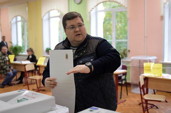 Бизнесмен Игорь Чайка в единый день голосования на избирательном участке № 90.